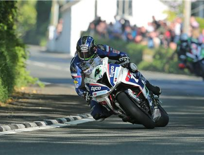 Hutchinson quickly on the pace in Superbike class at second qualifying session of Isle of Man TT